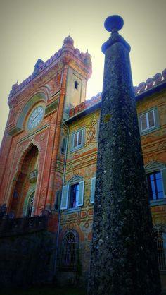 Castillo de Sammezzano en Reggello, Toscana, Italia. Dentro del castillo se encuentra la Sala del Pavo Real con colores y geometrías increíbles, el Salón Blanco de mosaico marroquí con suelos de baldosas y candelabros de hierro forjado que cuelgan de los techos, La Gran Rotonda Blanca, la galería entre la Sala de los Espejos y el octógono de la Sala de Fumadores, la Sala de los Lirios, el Salón de los Españoles, las Estalactitas, los Amantes y también una pequeña capilla.