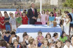 Alberto Fabra acompañado por alumnos del Colegio Manuel Riquelme de Hurchillo.