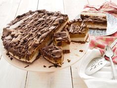 How many Raw Mars Bar recipes have you seen, check the recipe and put it in the too hard basket? Not this cake. It's EASY and so YUM!