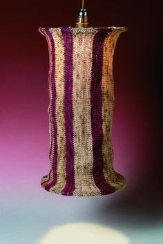 """Per le amanti della maglia, una lampada ottenuta lavorando, ai ferri, filati tinti naturalmente. Tratta dal manuale """"Riciclare con creatività"""" di Anna Borrelli."""