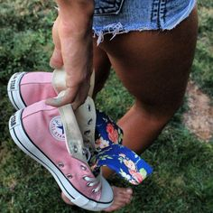 Pink and floral converse / chucks / converse / pink converse / floral converse Converse Sneakers, Converse All Star, Cute Shoes, Me Too Shoes, Floral Converse, Nike Free Shoes, Summer Outfits, Cute Outfits, Stark