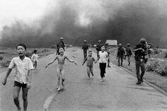 Em junho de 1972, um avião da Força Aérea Vietnamita bombardeou a vila de Trang Bang com napalm, um gel pegajoso e incendiário. Centenas de pessoas morreram no ataque. A garota do centro, Kim Phuc, tinha nove anos, e sobreviveu.  fotografia: Nic Ut.  O poder da fotografia: algumas imagens que chocaram o mundo/UOL