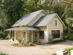 Modern farmhouse exterior design reflects the entire style of the space and the tradition as well. Revamping a farmhouse exterior can be very costly most of the time, depending on the chosen design. Metal Roof Houses, Metal Buildings, House Roof, House With Metal Roof, Black Metal Roof, Garage House, Modern Buildings, Farmhouse Exterior Colors, Exterior House Colors