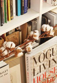 Hyllyssä oleva kirja Vogue Living: Houses, Gardens, People on lahja ystävältä.
