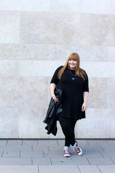 All black // sweater dress plus size outfit on kathastrophal.de (Kleid von C&A)
