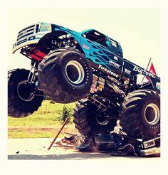 Monster Truck! Válcování osobních aut a další překážky. Poznejte, jaké to je, řídit kolos vážící několik tun.