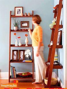 Escada usada como estante decorativa.