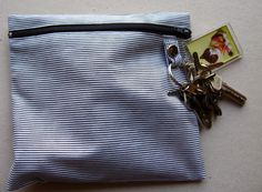 """TINY TOTE: I really like this DIY simple zippered purse ... Plus it""""s a pretty simple-to-follow tutorial for when I am learning to sew."""