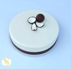Le Passion Coco est composé d'une mousse coco, d'un crémeux et confit de passion, d'un moelleux et Streusel coco. Pour la déco, un sobre glaçage miroir blanc et des noix de coco en trompe l'oeil en chocolat et mousse coco. Mousse Coco, Passion, Blog, Plates, Tableware, Desserts, Foods, Treats, Camel