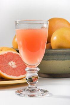 Boisson aux trois agrumes #recettesduqc #boisson Grapefruit Cocktail, Pink Grapefruit, Cocktails, Drinks, Nutrition, Calories, Hurricane Glass, Pomelo, Lemon