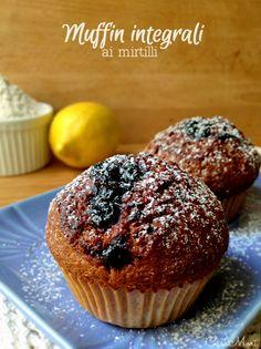 I muffin integrali con confettura di mirtilli sono dei dolcetti molto mirtillosi preparati con farina integrale e yogurt, succo e confettura di mirtilli.