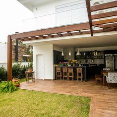 Classic style balcony, veranda & terrace by Roma Arquitetura Terrasse Design, Patio Design, House Design, Outdoor Rooms, Outdoor Living, Outdoor Decor, Patio Kitchen, Backyard Patio, Future House