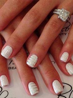 Uñas blancas, con glitter plateado