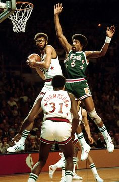The West beat the East Kareem Abdul-Jabbar of the Los Angeles Lakers & Julius Erving of the Philadelphia who was named MVP at the 1977 NBA All-Star Game at Milwaukee, WS I Love Basketball, Basketball Pictures, Basketball Legends, Sports Pictures, Basketball Jones, Nba Stars, Sports Stars, Larry Bird, Nba Players