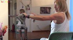 Γυμναστική στο σπίτι με μια πετσέτα και μια καρέκλα