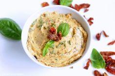 Wenn es bei usn Pizzabrötchen oder auch frisches Baguette gibt, darf diese Butter dazu nicht fehlen. Eine wunderbar armoatische, tomatige Creme. Ihr müsst sie unbedingt ausprobieren.   …