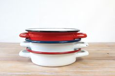 Vintage round enamelled kitchen dishes via Les Indecises Vintage. Click on the image to see more!