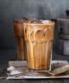 Lecker und kalorienarm: Die 5 besten Eiskaffee-Rezepte aus New York In summer, an iced coffee is a good alternative to a hot cappuccino Yummy Drinks, Yummy Food, Healthy Food, Café Chocolate, Seattle Food, Think Food, But First Coffee, Coffee Cafe, Coffee Shop