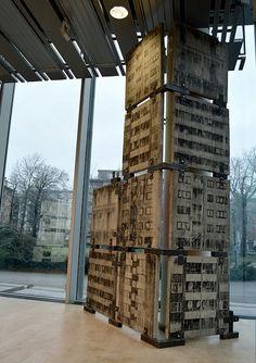 Utställningen Konstkurage på Halmstads konsthall. Delar av konstverket Miljonprogramsmonumentet.
