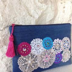 YENİ  NEW Denim kumaş üzerine tığişi, boncuk ve kristallerle işli el yapımı portföy çanta 29x20 cm. #denimçanta #denimbag #çantam #clutch #portföy #bag #tıgisi #crochet #handcrafted #etnic #etnik #crochet #tıgisi #boncuk #beads #etnik #ethnic #red #hellomarch #elişçiliği #turkuaz #boho #bohemian #spring #kotçanta #instafashion #etsy #instaphoto #bagfans #vintagelook Crochet, beads and crystals embroidered handmade clutch.