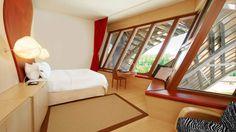 El lujoso decorado interior del hotel lleva el inconfundible sello de Gehry. Las paredes inclinadas, las ventanas en zigzag, los altísimos techos y la multitud de detalles especialmente diseñados que presentan sus 43 habitaciones y suites crean la impresión de que nos alojamos en una obra de arte.