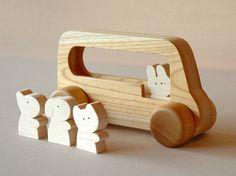 動物バス サイズ 170×65×95 材料は日本の広葉樹を使い、一つ一つ手作りで出来上がったすばらしい木のおもちゃです。長年の熟練と技で生み…