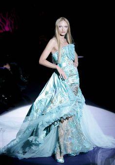 Una modelo desfila con una propuesta del diseñador Zuhair Murad Lacroix durante la presentación de su colección de alta costura primavera/verano 2009 en de la Semana de la Moda de París, Francia, hoy martes 27 de enero.