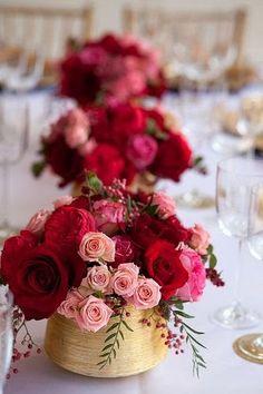 Un centro de mesa con flores para una ocasión especial #fiestadecoratualma http://decoratualma.blogspot.com.es/2014/02/flowers-in-love.html
