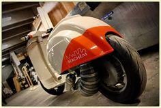 Vespa amb un cul d'escandol. Vespa Piaggio, Scooters Vespa, Motos Vespa, Lambretta Scooter, Scooter Custom, Mod Scooter, Custom Bikes, Custom Motorcycles, Bobbers