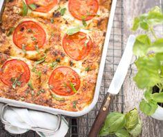 Een heerlijke lasagne met spinazie, ricotta en zalm. Makkelijk om te maken en ontzettend lekker. Bouw de lasagne laagje voor laagje op, even in de oven en smullen maar! Spaghetti Recipes, Pasta Recipes, Dinner Recipes, Cooking Recipes, Moussaka, A Food, Good Food, Food And Drink, Vegetarian Recipes