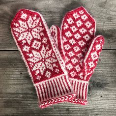 Ravelry: Winter Stars Mittens pattern by Runningyarn Mittens Pattern, Knit Mittens, Knitting Socks, Mitten Gloves, Knit Socks, Knitting Charts, Knitting Stitches, Knitting Patterns, Love Crochet