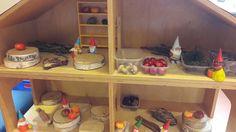 Het poppenhuis omgebouwd en klaar om na de herfstvakantie lekker in te spelen! Alle meubels en popjes eruit. Kabouters en allerlei herfstmaterialen erin. (L. Alders)