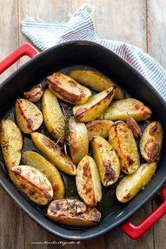 Patate al forno croccanti (Ricetta veloce e tutti i segreti!) Potato Vegetable, Dinner With Friends, Cooking Recipes, Healthy Recipes, Italian Recipes, Sausage, Side Dishes, Good Food, Food And Drink