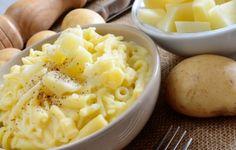 La pasta e patate è un primo piatto italiano molto frequentemente proposto al sud, soprattutto nelle zone della Campania e della Puglia. Caratterizzato da un sapore corposo ma delicato, questo primo meridionale è incredibilmente ricco e nutriente, ma semplicissimo e veloce da preparare.