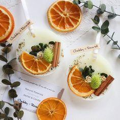 久しぶりのオレンジ✨ 春っぽくグリーンを入れてみました♬ドライフルーツのオレンジは空気にふれると酸化して黒ずんでしまうので、鮮やかさを少しでも保つためにコーティングしています乁( ˙ ω˙乁)♬ #chubby_round #handmade#natural#materials #aroma#sachet#aromabar #essentialoil#botanical #wax#flower#herb#dryflower #present#gift#minne #アロマ#アロマキャンドル #ワックスサシェ#ボタニカル #自然素材#ハンドメイド #プレゼント#ギフト#インテリア #オレンジ