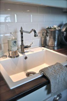 Love the backsplash Kitchen Redo, Kitchen Design, Kitchen Ideas, Kitchen Words, Classic House, Furniture Inspiration, Country Kitchen, Kitchen Interior, Home And Living
