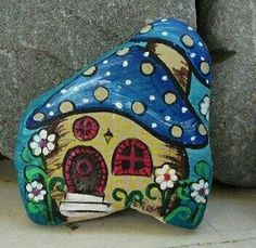 Toadstool house Stone Art Painting, Pebble Painting, Pebble Art, House Painting, Rock Painting Patterns, Rock Painting Designs, Painted Rock Animals, Painted Rocks, House On The Rock