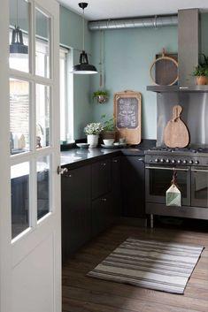 green kitchen idea (blue instead) Little Kitchen, New Kitchen, Kitchen Dining, Kitchen Decor, Kitchen Cabinets, Kitchen Ideas, Kitchen Island, Green Kitchen Designs, Green Kitchen Walls