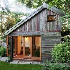 Com jeitinho de material reaproveitado, a ideia foi dar graça ao lar em meio a natureza. Portas de vidro valorizam a visão para a área externa e mostram um pouquinho do bom gosto da decor