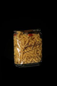 """Fusilli è un formato di Pasta Corta di Pasta Garofalo.  """"Fusillo"""" è un termine meridionale per indicare una trafila di pasta somigliante ad un piccolo fuso, da cui il nome, che un tempo veniva filata a mano, e per modellarlo nella caratteristica forma a spirale arricciolata, si adoperava un ferro da calza. Scopri gli altri formati su: www.pastagarofalo.it"""