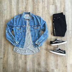 Jaqueta jeans + camiseta cinza + calça preta + vans old school
