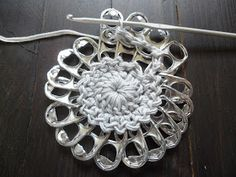 A crochet flower purse, made from little pop tabs from soda. What do you do with these little pop tabs after drinking all the soda and beer? You can make beutiful crochet pop tab projects, as … Read more. Crochet Diy, Crochet Bear, Crochet Round, Crochet Crafts, Soda Tab Crafts, Can Tab Crafts, Bottle Cap Crafts, Crochet Flower Patterns, Doily Patterns