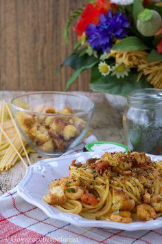 Gli spaghetti con gamberetti e pomodorini sono perfetti per una spaghettata in compagnia; il pane grattugiato è la nota rustica che li rende irresistibili! #PinterestxAltervista