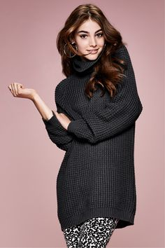 Long dark gray turtleneck sweater in chunky knit. Pair with exotic leggings to bring some fun to cold-weather wear.│ H&M Divided