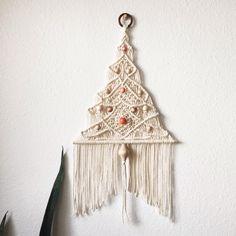 I made a baby tree. Macrame Hanging Planter, Macrame Plant Holder, Hanukkah Crafts, Holiday Crafts, Macrame Knots, Micro Macrame, Book Crafts, Diy And Crafts, Craft Free