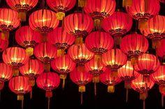 ランタン祭り(ベトナム) ベトナムの中部の世界遺産の町・ホイアンでは、毎月満月の夜にランタン祭りが行われています。満月になる旧暦の14日、町中の家々が電気を消し、提灯の明かりだけが町を照らし、地元の人たちや外国人観光客で前日から賑わいます。 出典:WWW.PITT.JP 各家では電気は使わず、布で作った提灯の明かりが灯され、古い町並を歩く事で、昔にタイムスリップした気分に。都会の様に高い建物がないので、晴れた夜であればきれいに浮かび上がる満月の下、幻想的な夜の町を散歩できます。 出典:WWW.PITT.JP
