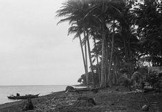 Strandgezicht met prauwen, Poelau Sangihe.  December 1948