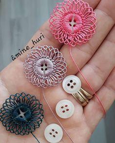 Crochet Button Flowers Video Free Pattern Lots Of Ideas Crochet Buttons, Crochet Motifs, Crochet Flower Patterns, Thread Crochet, Crochet Crafts, Crochet Flowers, Crochet Stitches, Crochet Projects, Sewing Crafts