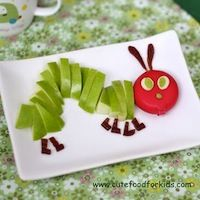 12 totally adorable, kid-friendly edible crafts...that all come in the color GREEN! Get clicking, then get craftin' and snackin' because these fun, St. Patrick's Day snacks are better than a pot o' gold!