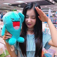(34) Twitter Hunus Entertainment, Tumblr Girls, Art Girl, Kpop Girls, Movie Stars, Girl Group, Dinosaur Stuffed Animal, Stuffed Animals, Korean